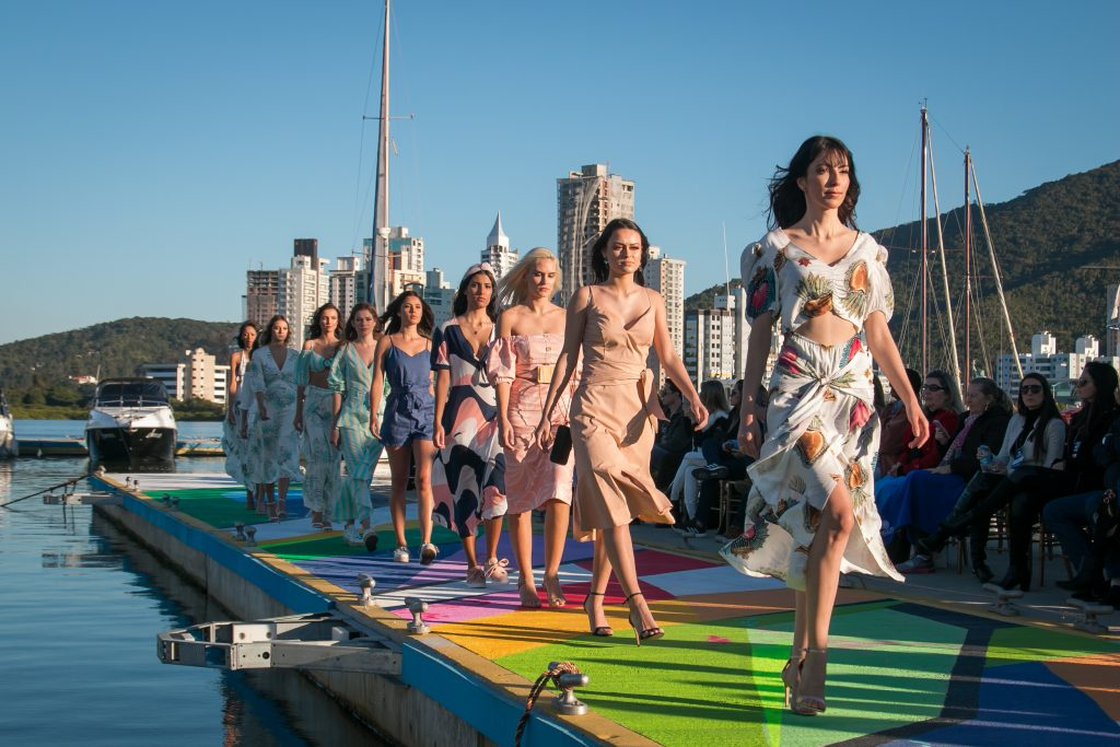 Rotas Comunicação - Agenda – Domingo (24) tem desfile de moda em passarela flutuante na Marina Itajaí