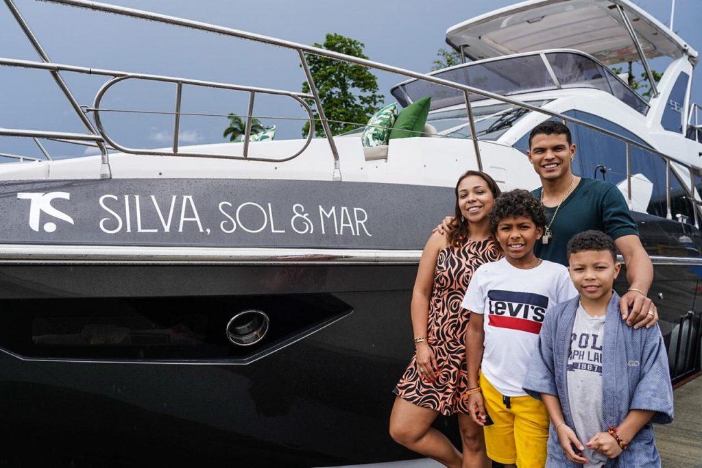 Rotas Comunicação - FAMOSOS – Thiago Silva presenteia a família com iate de luxo