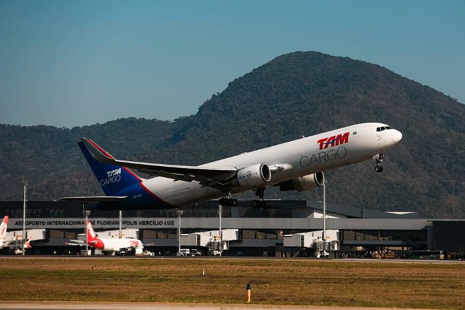 Rotas Comunicação - COMÉRCIO EXTERIOR – Nova rota de carga aérea internacional impulsiona a importação e exportação em Santa Catarina