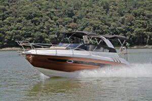 Rotas Comunicação - LIFESTYLE – Sobre as águas: conheça a nova versão da lancha Triton 300 Sport